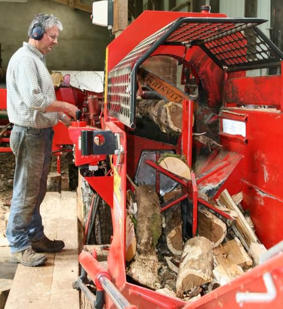 Coupe de bois en cours avec la second machine à bois avec Roger Fournier au commande